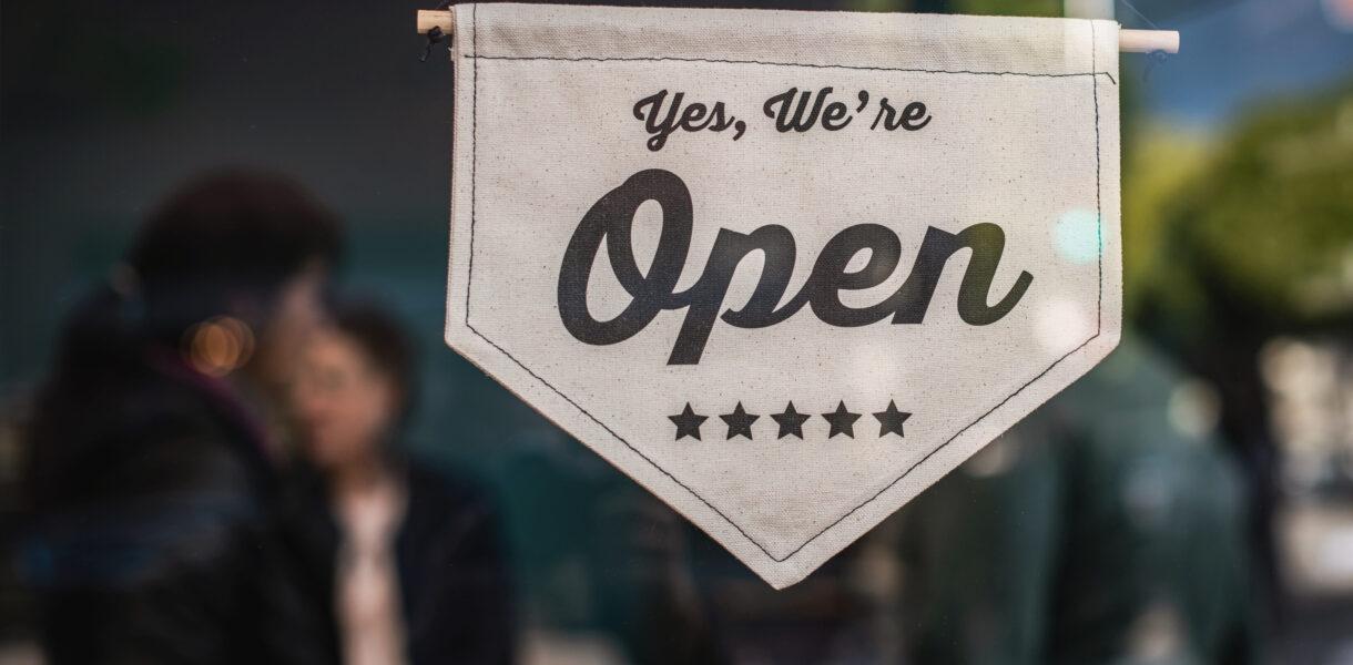 """Vetrina con cartello """"Open"""""""